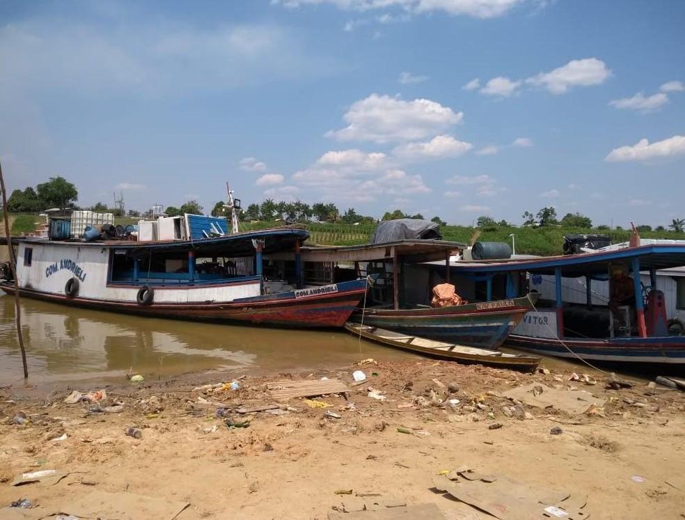 Baixo nível do Rio Juruá compromete navehação de embarcações (Foto: Mazinho Rogério/G1)
