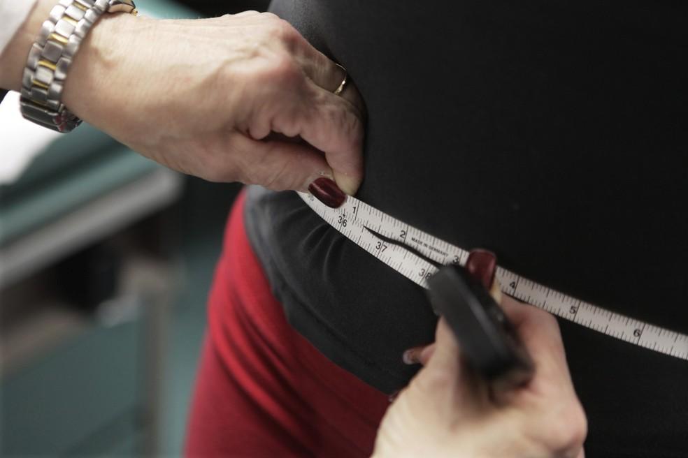 Foto de arquivo mostra medida de cintura; obesidade vem crescendo no Brasil, segundo pesquisa Vigitel — Foto: AP Photo/M. Spencer Green, File