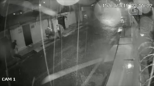 Vídeo mostra suspeitos saírem de casa com itens roubados depois de amarrar e matar vítima