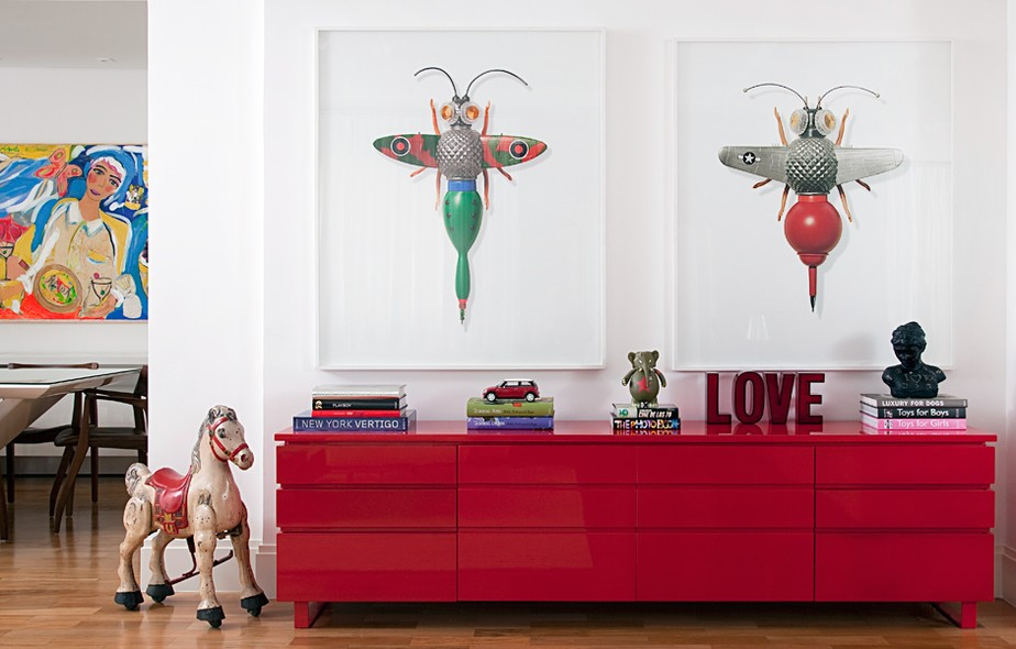 A cor vermelha, predileta dos moradores, impera no bufê. Sobre ele, as fotos de Sang Won Sung, que retratam insetos feitos por ele mesmo com materiais do cotidiano