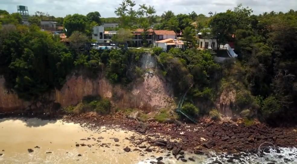 Trechos da areia, estabelecimentos do topo, e escadas seguem interditados — Foto: Reprodução/TV Globo