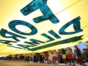 Bandeira 'Fora Dilma' é carregada pela Orla da Ponta Verde, em Maceió (Foto: Jonathan Lins/G1)