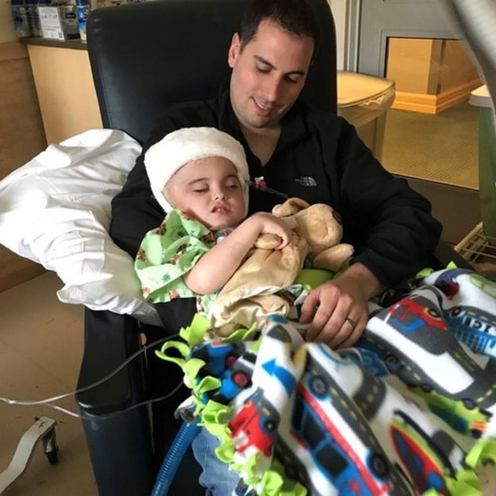 Os médicos tiveram de usar um enxerto de pele de cadáver para cobrir a área inchada do cérebro de Joseph. — Foto: Arquivo pessoal