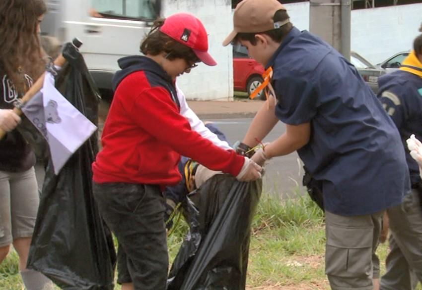 Mutirão de 2h retira 79 sacos de lixo de terrenos e ruas do Cidade Aracy em São Carlos - Notícias - Plantão Diário