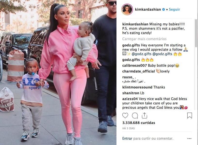 O post no qual Kim Kardashian foi questionada pela suposta chupeta na boca de seu filho (Foto: Instagram)
