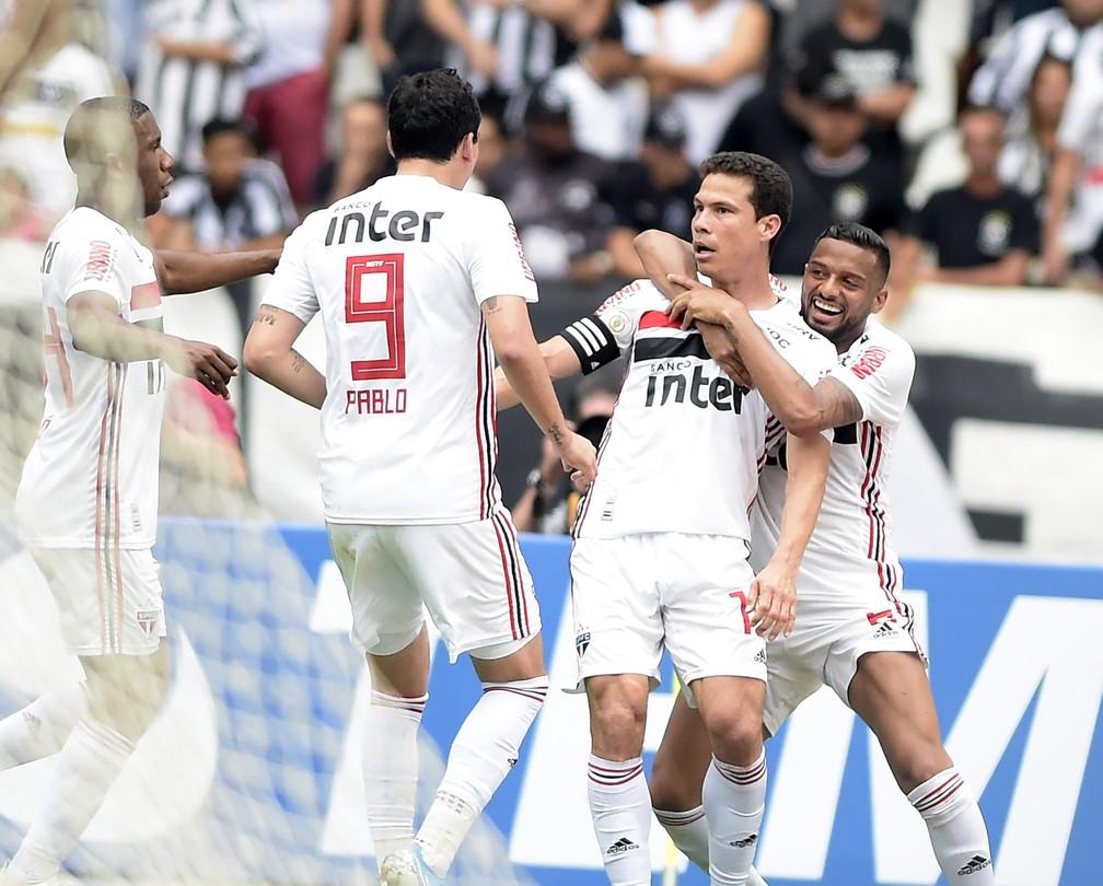 Jogadores do São Paulo comemoram gol de Hernanes — Foto: André Durão
