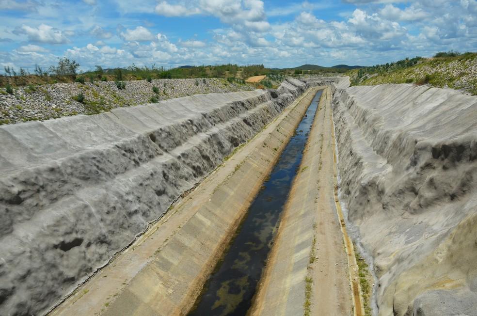 Canal da transposição do São Francisco construído onde eram as terras dos agricultores em Monteiro, na PB — Foto: Érica Ribeiro/G1
