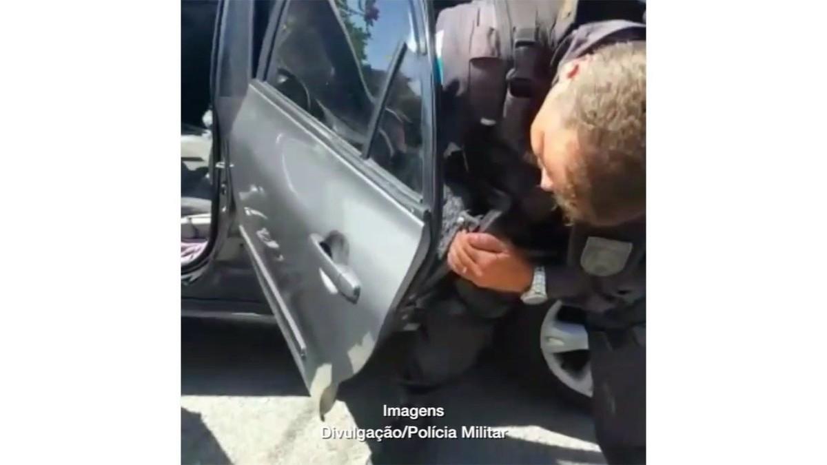 PM flagra 2 mil cápsulas de cocaína escondidas em porta de carro em Arraial do Cabo, no RJ