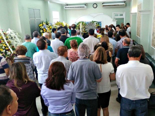 Familiares e amigos prestam últimas homenagens a Milton Cordeiro (Foto: Isis Capistrano/G1 AM)