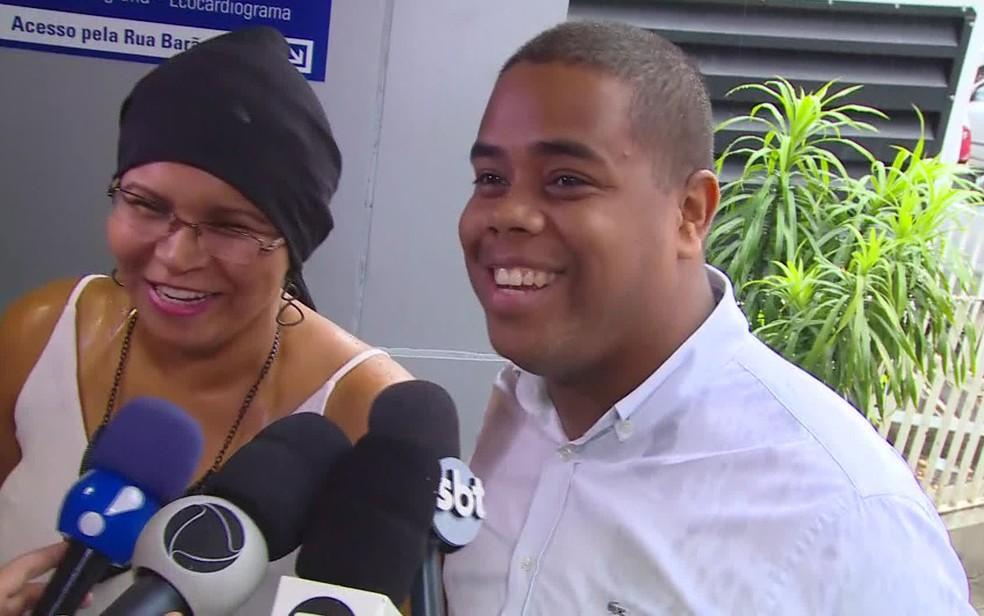 Pais felizes no hospital enquanto aguardam Antonio sair (Foto: Reprodução/TV Globo)