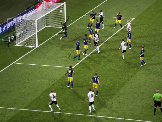 SOCHI, RUSSIA - JUNE 23:  Toni Kroos of Germany scores his team's second goal to put his team in front 2-1 during the 2018 FIFA World Cup Russia group F match between Germany and Sweden at Fisht Stadium on June 23, 2018 in Sochi, Russia.  (Photo by Michae (Foto: Getty Images)