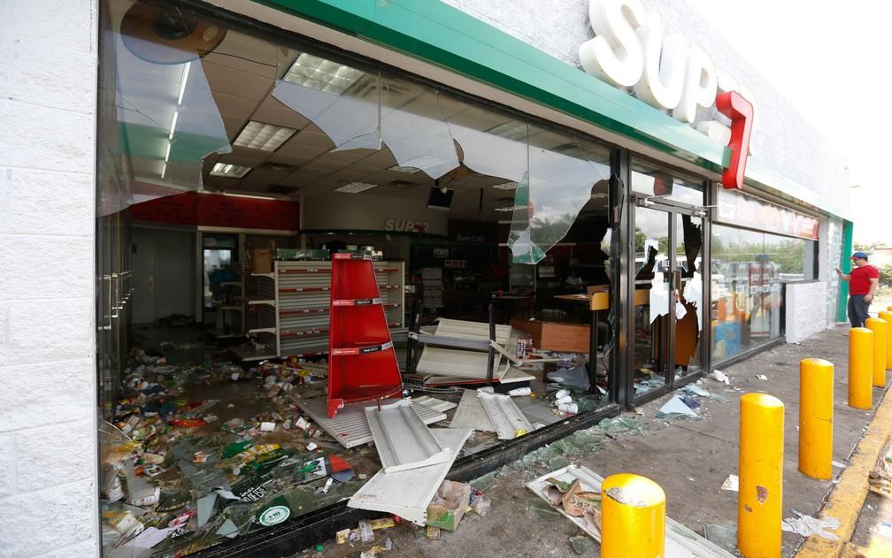 Funcionário inspeciona danos em loja de conveniências de posto de gasolina destruída durante confrontos entre manifestantes anti-governo e policiais em Masaya, na Nicarágua, na terça-feira (15) (Foto: AP Photo/Alfredo Zuniga)