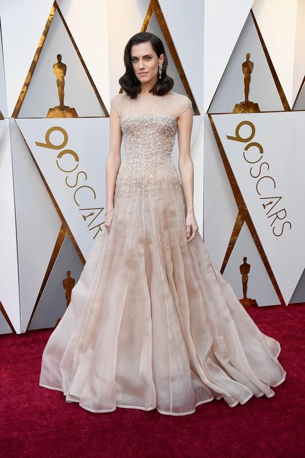 """Allison Williams, atriz de um dos longas indicados como melhor filme, """"Corra"""", veste longo Armani Privé (Foto: Getty Images)"""