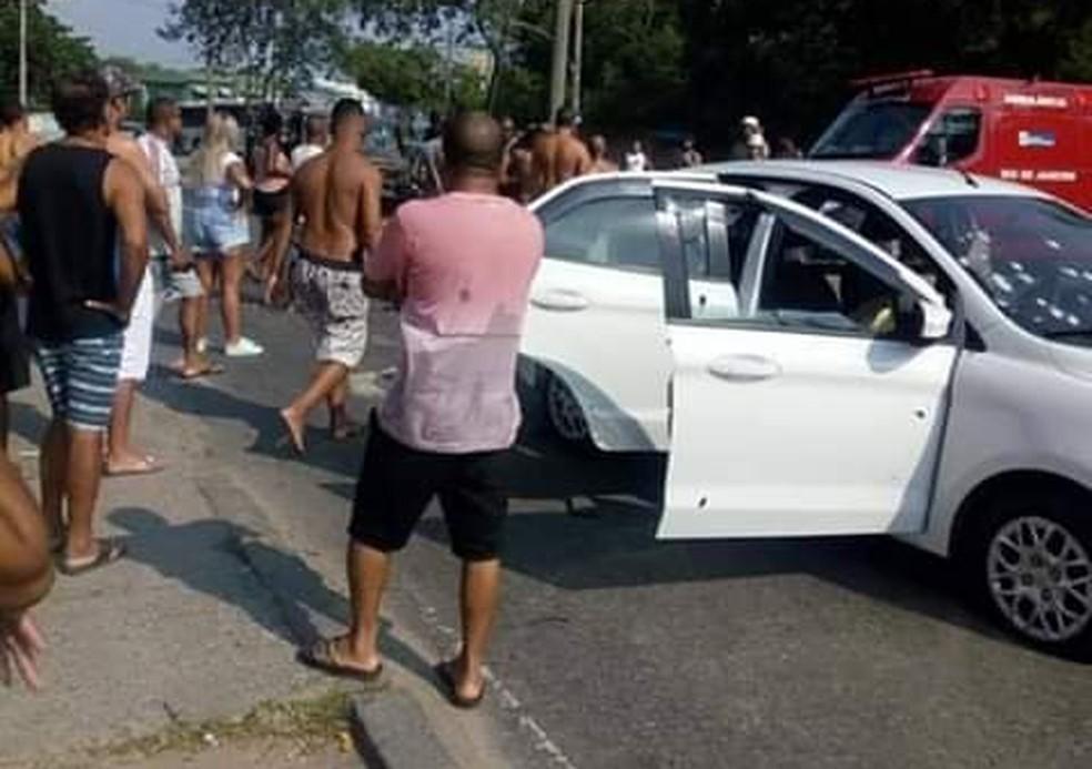 Carro foi atingido por vários tiros na Zona Oeste do Rio — Foto: Reprodução/Redes sociais