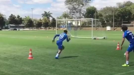 Romero treina com bola, e jogadores do Cruzeiro curtem folga na casa de Sobis