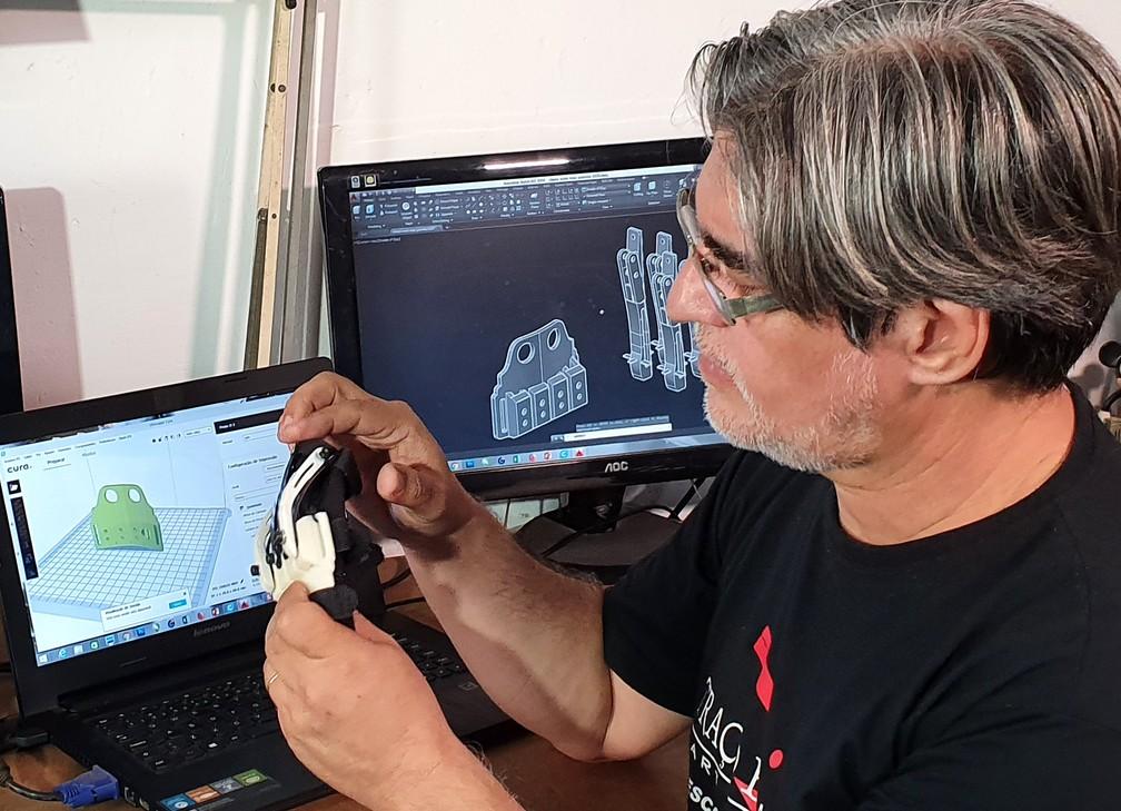 Bira já criou seis versões de luva para o maestro João Carlos Martins — Foto: Fernando Pacífico / G1
