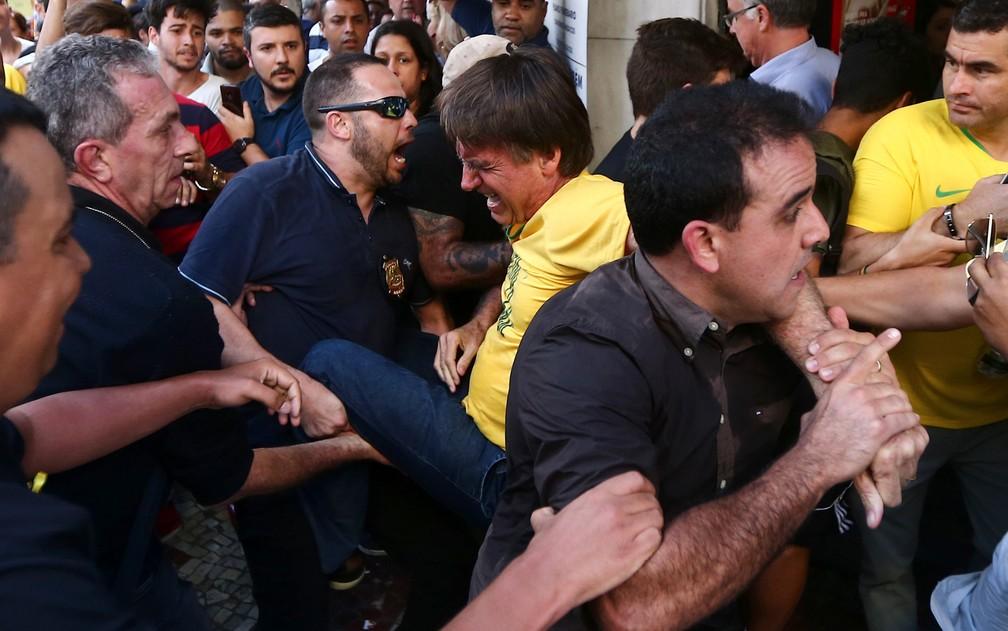 Bolsonaro leva facada em MG: veja repercussão | Eleições 2018 | G1
