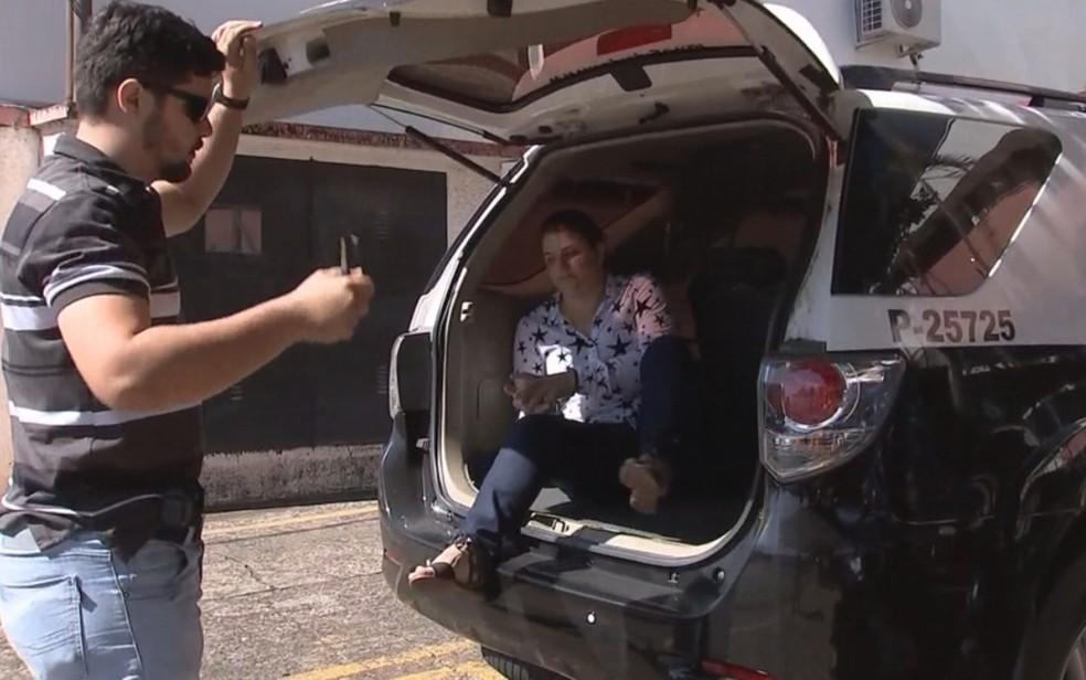 Mulher foi presa suspeita de planejar morte do marido (Foto: Reprodução/ TV TEM)