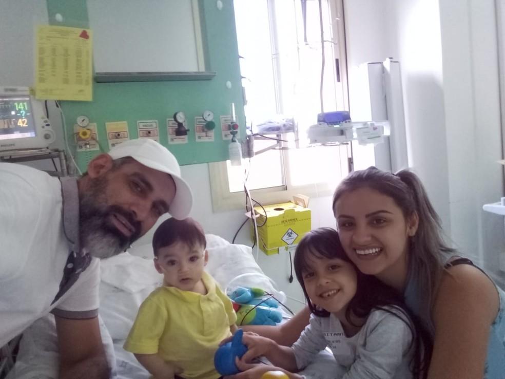 Henrique com a família dois meses antes do transplante em que recebeu um coração (Foto: Cristiane Santos/ Arquivo Pessoal)