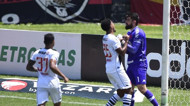 Jogadores do Vasco comemoram após Fernando Miguel defender pênalti de Alerrandro