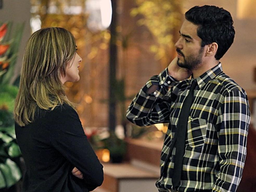 Amanda (Adriana Birolli) se aproxima de José Pedro (Caio Blat) e ele fica tenso - 'Império' — Foto: Fábio Rocha/Globo
