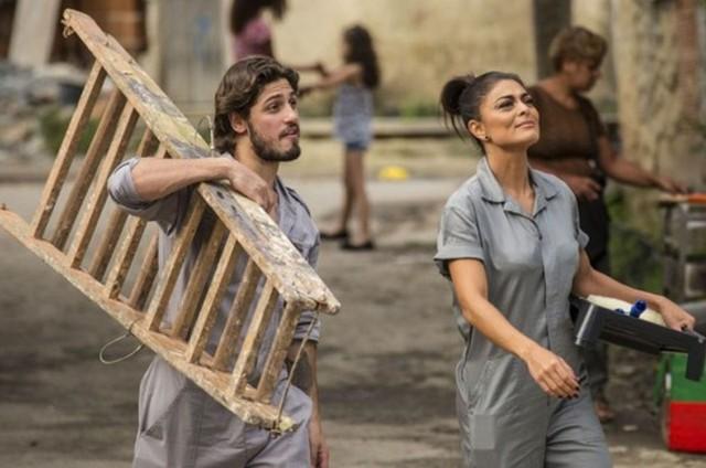 Rafael (Daniel Rocha) e Carolina (Juliana Paes) na novela 'Totalmente demais' (Foto: TV Globo)