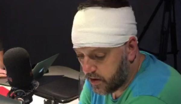 Apresentador de rádio britânico ficou ferido após ser atacado por uma coruja (Foto: Reprodução/Twiiter)