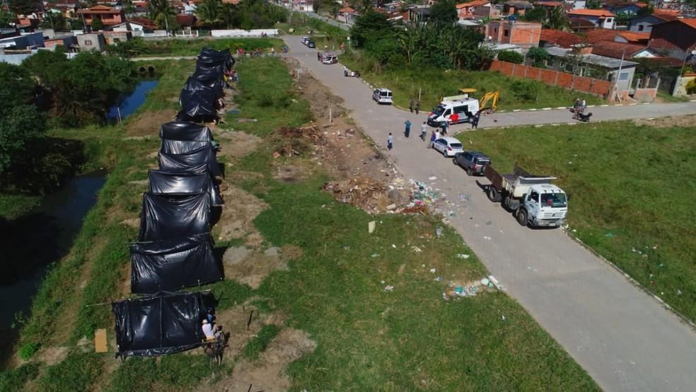 Barracos erguidos durante a madrugada forma desmanchados pela PM em reintegração de posse (Foto: Claudio Gomes/ PMC)