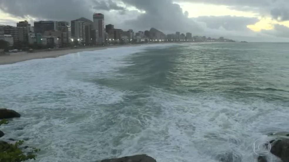 Mar amanhece agitado no litoral do Rio de Janeiro (Foto: Reprodução / Tv Globo)