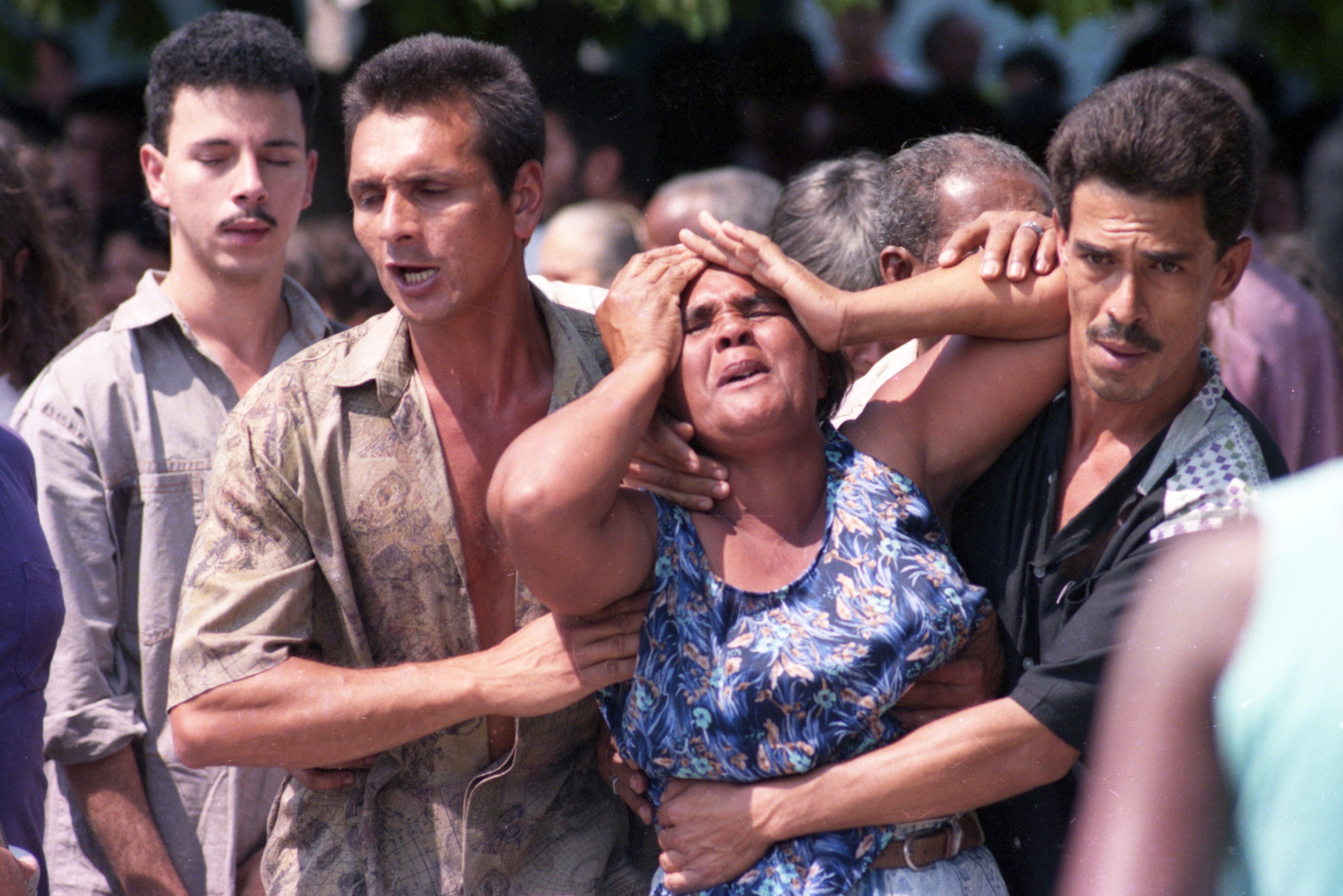 Parentes de vítimas da chacina de Vigário Geral choram no funeral