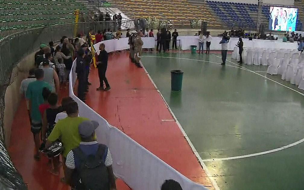 Fãs de Gabriel Diniz fazem fila para ver caixão com o corpo do cantor em velório, em ginásio de João Pessoa  â?? Foto: Reprodução/TV Globo