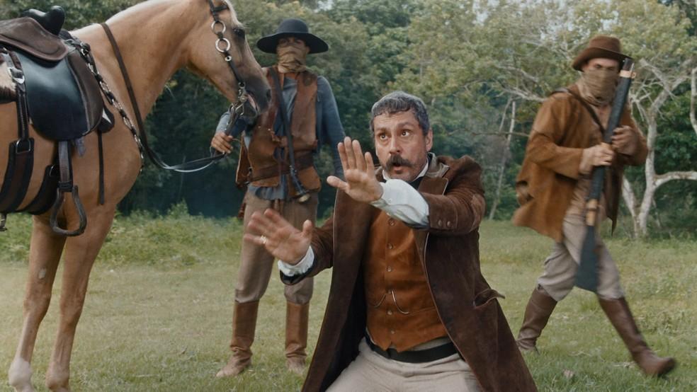 Tonico (Alexandre Nero) é surpreendido por emboscada em 'Nos Tempos do Imperador' — Foto: Globo