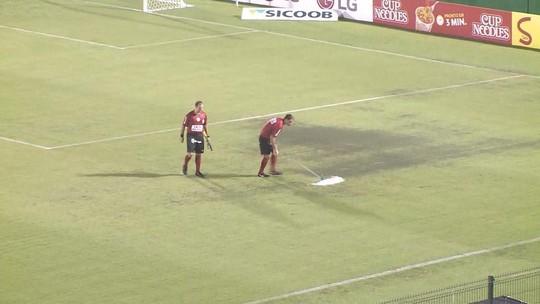 Chuva paralisa Chape x Criciúma, e árbitro ajuda a tirar água do gramado com rodo