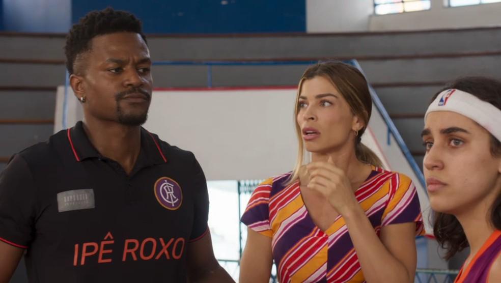 Ramon (David Junior) e Paloma (Grazi Massafera) se dão conta do problema que Gabriela (Giovanna Coimbra) causou para o time em 'Bom Sucesso' — Foto: Globo