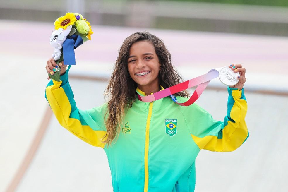 """Rayssa Leal, a """"Fadinha"""", abre o sorrisão e exibe a medalha de prata no skate street — Foto: André Durão"""