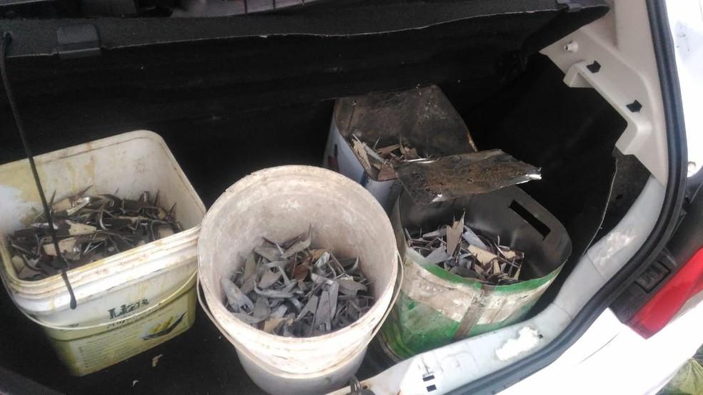 Polícia apreendeu baldes com vários grampos (Foto: Divulgação/PMPB)
