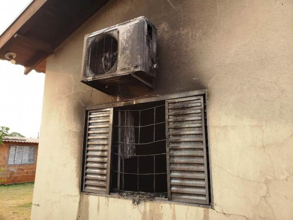 Janela e ar-condicionado foram danificados por conta de chamas, em Deodápolis (MS). — Foto: Deodápolis News