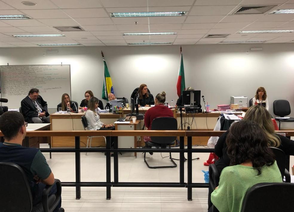 Professora e amiga das vítimas chorou ao lembrar o fato — Foto: Léo Saballa Júnior/RBS TV