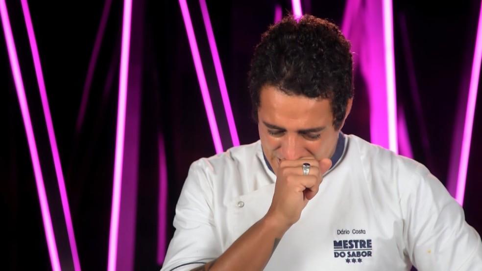 Dário Costa se emocionou ao garantir vaga na final do Mestre do Sabor — Foto: Reprodução TV Globo