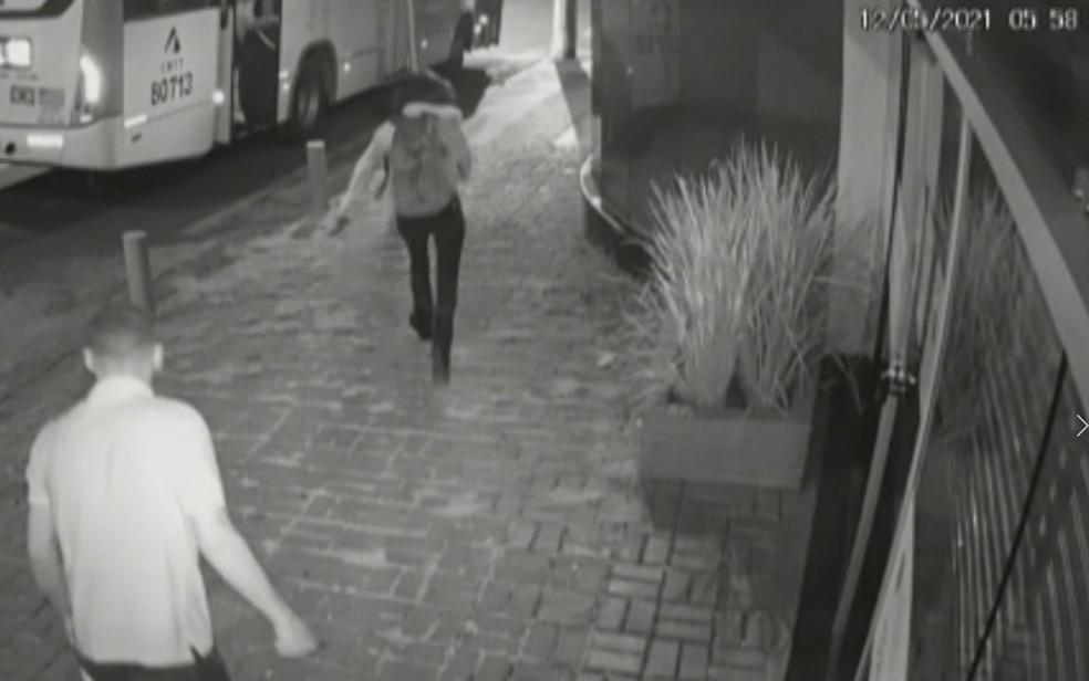 Mulher que reagiu a assalto consegue se salvar após brigar com assaltante e corre para dentro de ônibus — Foto: Reprodução/TV Anhanguera