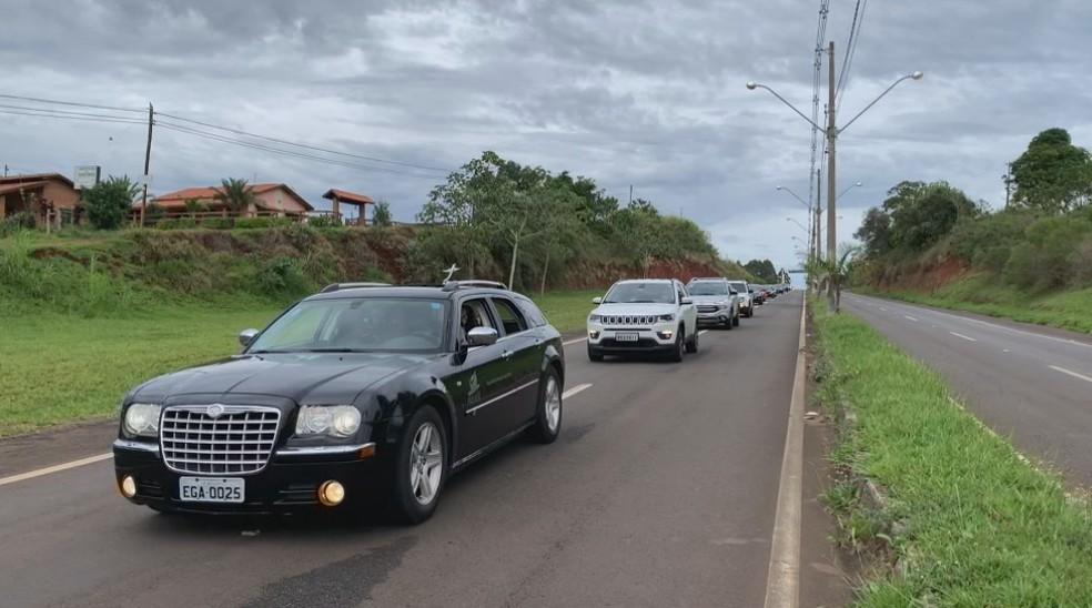 Moradores fizeram cortejo pela cidade antes do velório do prefeito de Pardinho — Foto: TV TEM/Reprodução