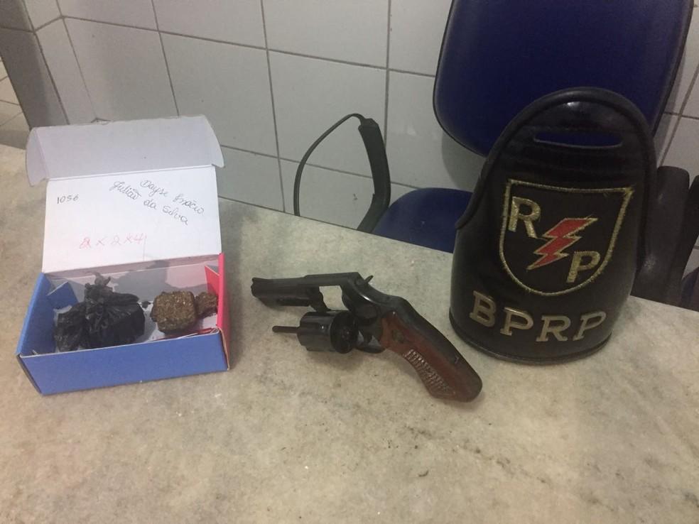Com o suspeito preso na parte alta de Maceió, a polícia apreendeu uma arma e maconha (Foto: George Arroxelas/G1)