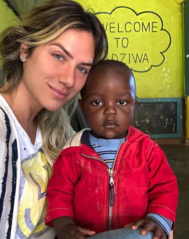 Gio Ewbank e criança na escolinha  (Foto: Reprodução / Instagram)