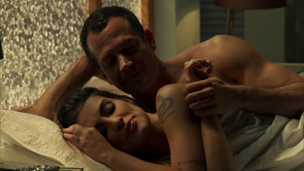 Apolo (Malvino Salvador) e Tamara (Cleo) passam a noite juntos - 'Haja Coração' — Foto: Globo