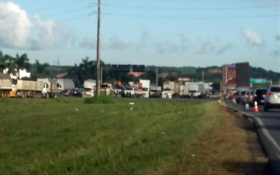 Caminhões ocupam uma pista em cada sentido da BR-101, em Jaboatão dos Guararapes, no quarto dia de protesto contra preço do diesel, nesta quinta-feira (24) (Foto: PRF/Divulgação)