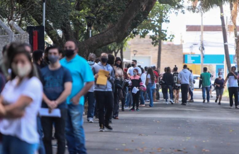 Ação de entrega de currículos reúne centenas de pessoas em parque de Araraquara
