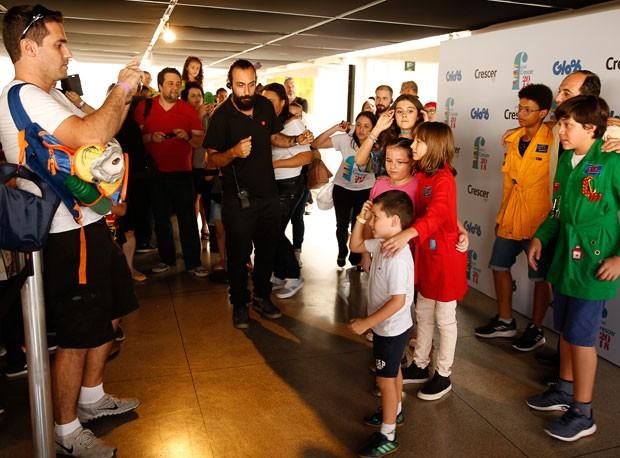 Fernando Nunes e os filhos: os primeiros da fila do meet & greet com o elenco do D.P.A. no Festival Crescer 2018 (Foto: Alexandre Di Paula)