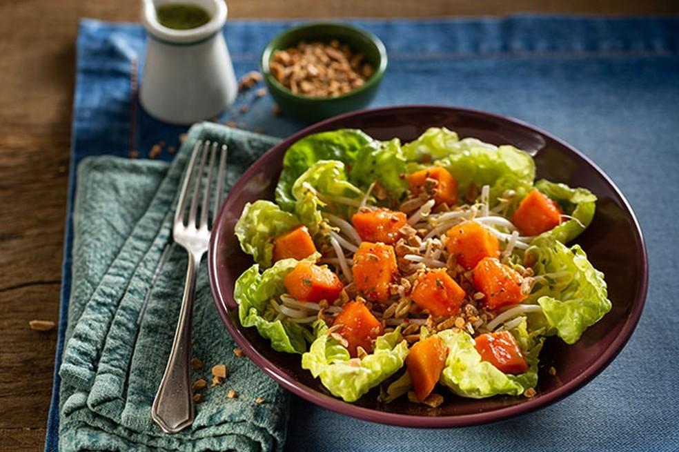Salada Picante de Mamão com Broto de Feijão — Foto: Globo