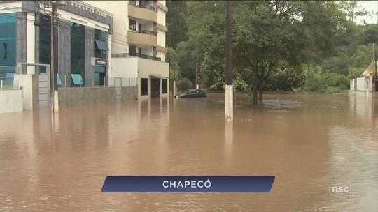 Tempestade em Chapecó alaga ruas e casas