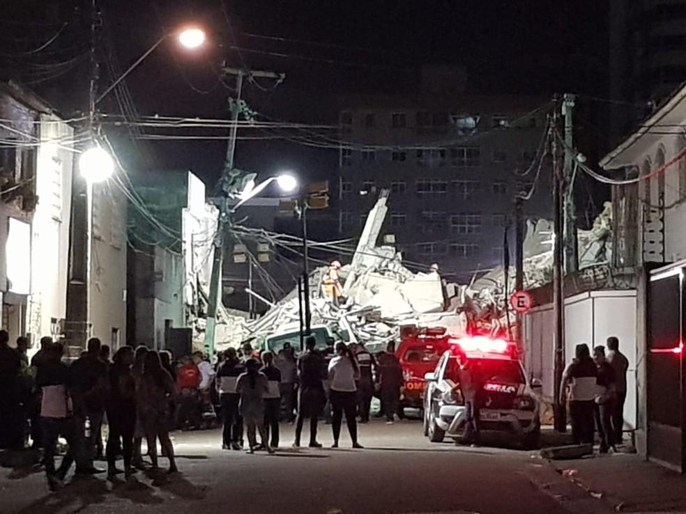 Buscas por vítimas do desabamento do Edifício Andréa, em Fortaleza, seguiram por toda a madrugada em Fortaleza — Foto: Rafaela Duarte/SVM